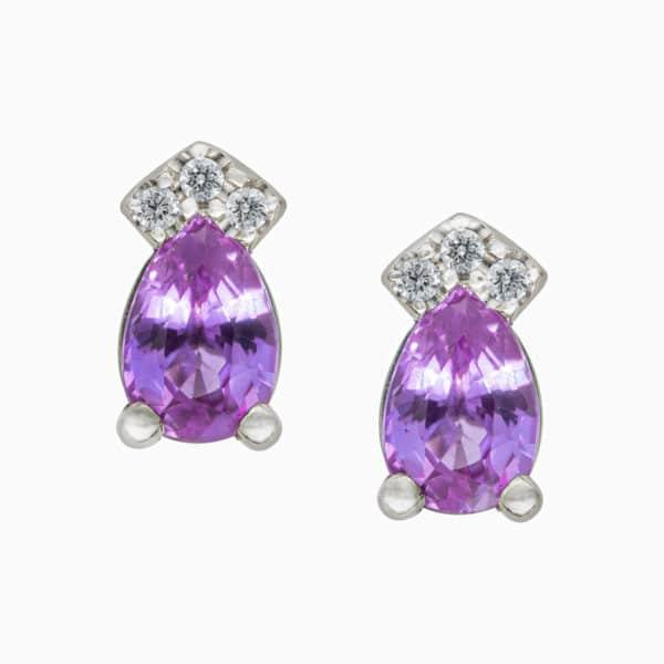 Boucles d'oreilles Maelys en or blanc 750/1000ème,montée de 2 Saphirs roses taille poire et de 6 diamants taille brillant.