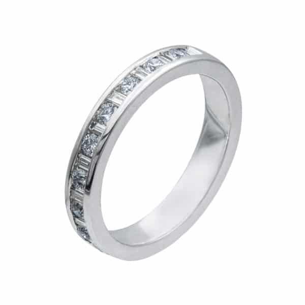Alliance Rail est une demi alliance en or blanc 750/1000ème alternés de 9 Diamants taille brillant et de 10 Diamants taille baguette. - oblique