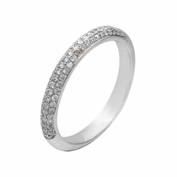 Micro Pavage est une bague en or blanc 750/1000ème accompagnée d'un pavage 3 rangs de 60 Diamants taille brillant. - oblique