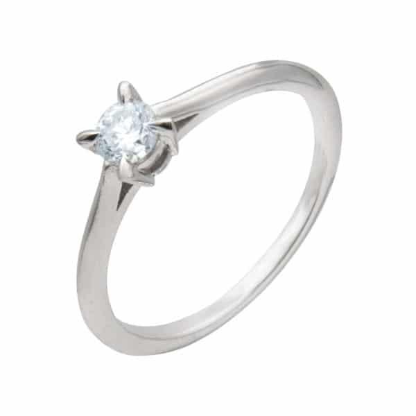 Laura est une bague solitaire en or blanc 750/1000ème, montée d'un diamant taille brillant. - oblique