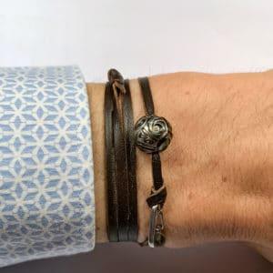 """Orohena est un bracelet avec une perle de Tahitironde """" Gravé """" de diamètre 12.0mm. Bracelet en cuire à enrouler. Il mesure 30.0cm de longueur. - sur poignet"""
