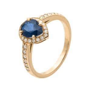 Belize est une bague en or jaune 750/1000ème. Au centre un Saphir taille poire entouré de diamants. Diamants sur le corps de bague. - oblique