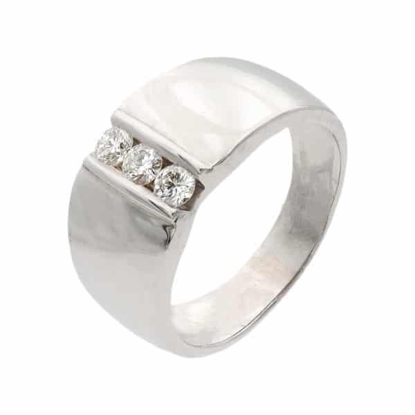 Trilogy est une bague jonc en or Blanc 750/1000ème avec au centre trois Diamants taille brillant. - oblique