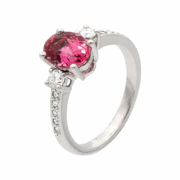 Bague Scintillante Or blanc 750/1000ème. Au centre une Tourmaline taille ovale avec 2 diamants taille brillant et 2 rangées de 5 diamants.