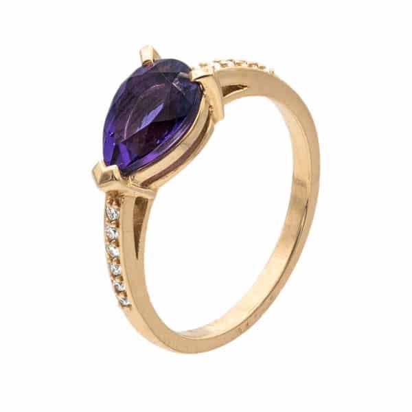 Amanlis est une bague en or rose 750/1000ème. Au centre une Améthyste taille poire et sur les côtés de 12 diamants taille brillant. - profil