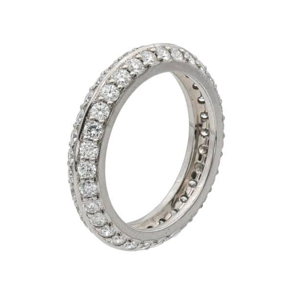 Alliance en Or Blanc incrustée de diamant sur tout le corps de la bague.