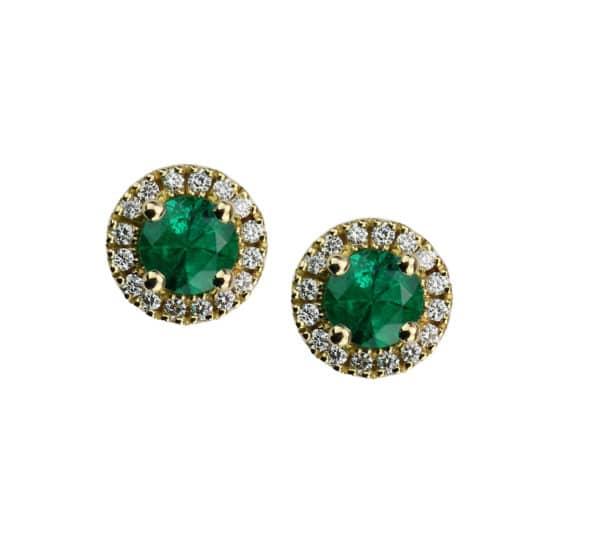 Berries est une paire de boucles d'oreilles or blanc 750/1000ème, montée de 2 Émeraudes et accompagnés de 16 diamants taille brillant. - face