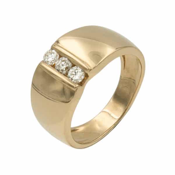 Trilogy est une bague jonc en or jaune 750/1000ème avec au centre trois Diamants taille brillant. - oblique