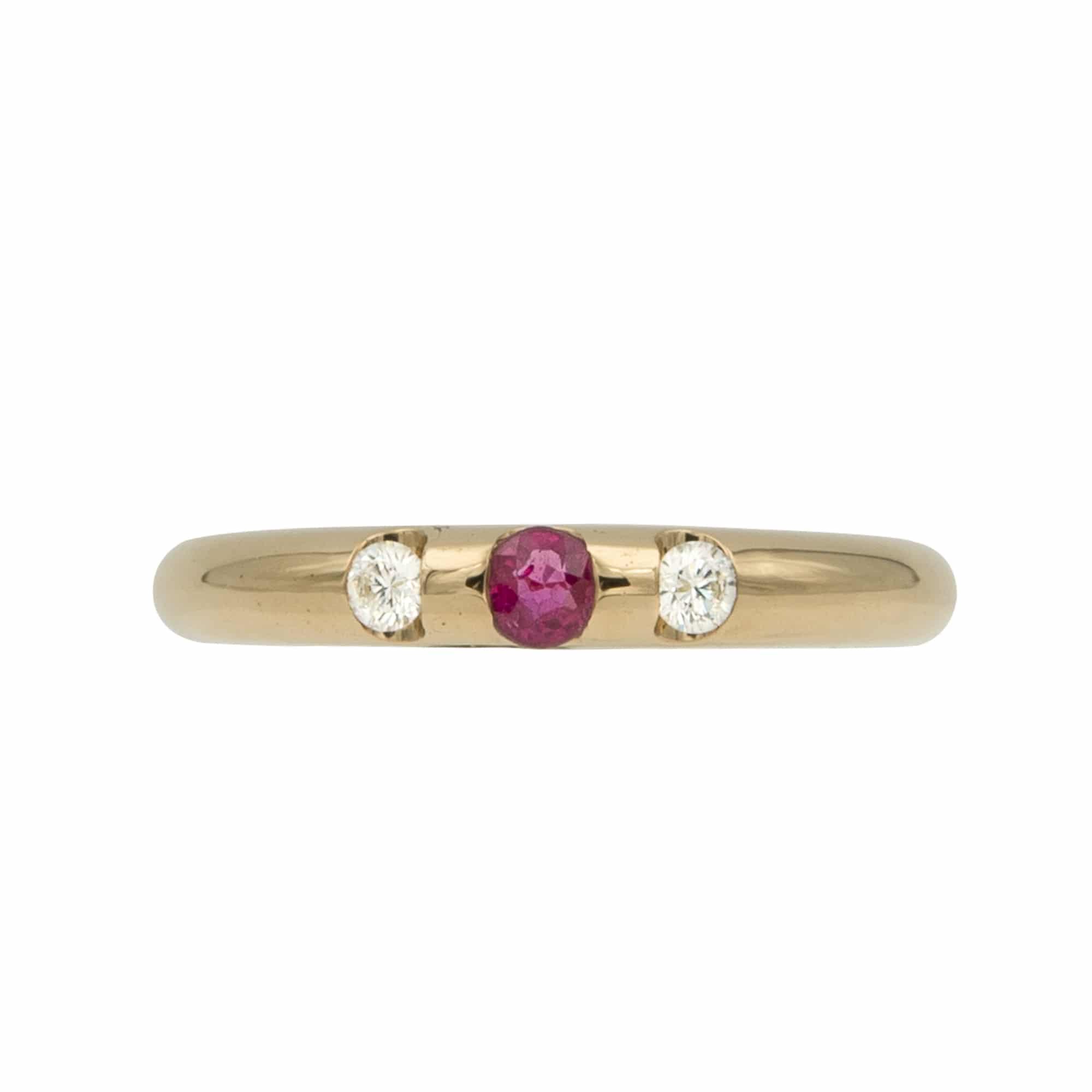 Lumina est une bague en or jaune 750/1000ème avec au centre un Rubis taille brillant et sur les cotés de 2 Diamants taille brillant. - face