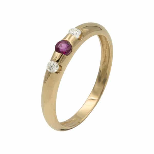 Lumina est une bague en or jaune 750/1000ème avec au centre un Rubis taille brillant et sur les cotés de 2 Diamants taille brillant. - oblique