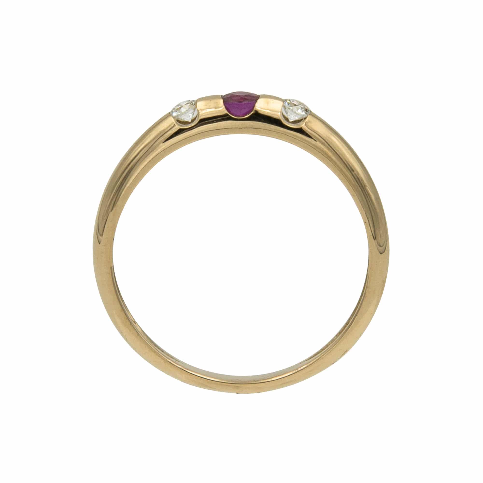 Lumina est une bague en or jaune 750/1000ème avec au centre un Rubis taille brillant et sur les cotés de 2 Diamants taille brillant. - profil