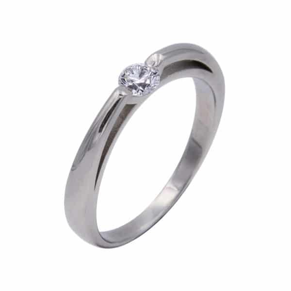 Nina est une bague solitaire en or blanc 750/1000ème montée d'un Diamant taille brillant. - oblique