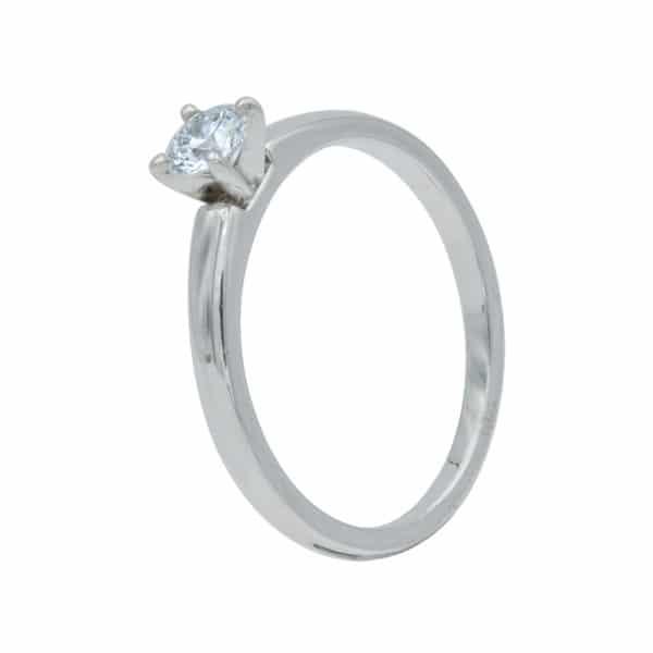 Anna est une bague Solitaire Sn Or Blanc 750/1000ème, serti d'un Diamant de taille brillant. - oblique