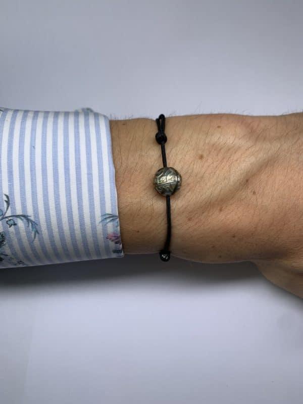"""Tahiti Nui est un bracelet avec une perle de Tahiti """"gravé"""". Le bracelet est en nylon couleur noir. Réglable entre 15.0cm à 25.cm de longueur. - sur poignet"""