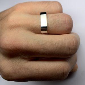 Square est une bague en argent 925/1000ème de forme carrée et moderne. Largeur 6,0mm - sur main