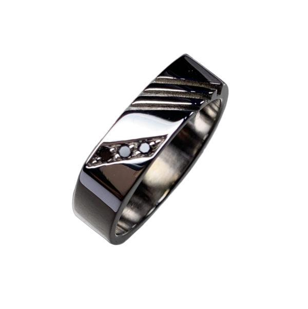 Racer est une bague en argent 925/1000ème de forme carré avec 3 stries. Elle est accompagnée de 3 Diamants noirs.